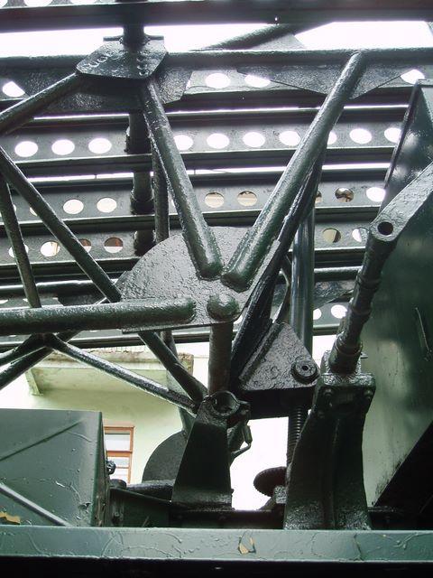 Механизм горизонтальной наводки пусковой установки М-13 крупным планом