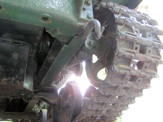 Вид снизу-слева на переднюю часть трактора