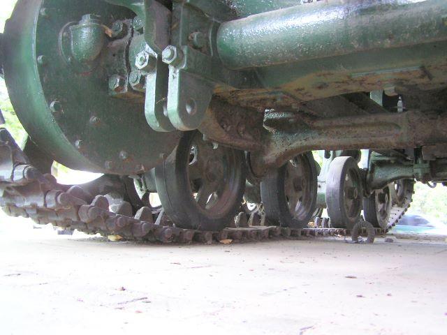 Вид на днище трактора слева-сзади