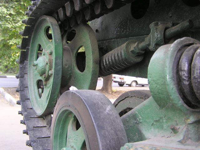 Ходовая часть трактора в районе направляющего колеса левого борта