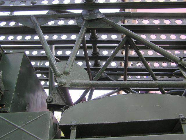 Вид слева на переднюю-нижнюю часть пусковой установки М-13