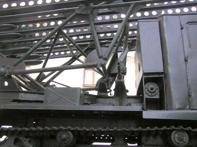 Вид справа на нижнюю переднюю часть пусковой установки М-13