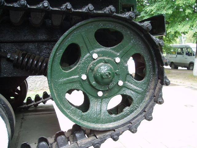 Направляющее колесо левого борта и механизм натяжения гусеницы