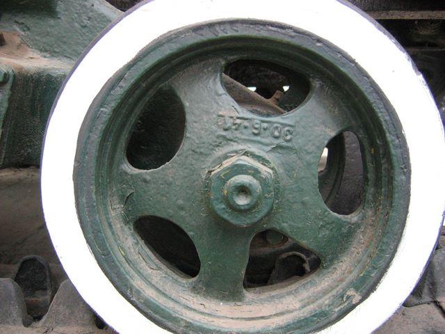 Опорный каток трактора СТЗ-5 крупным планом