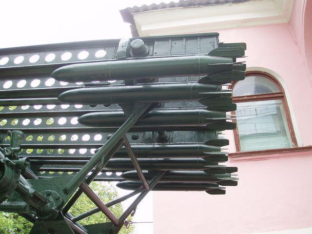 Вид слева на направляющую реактивной установки БМ-13