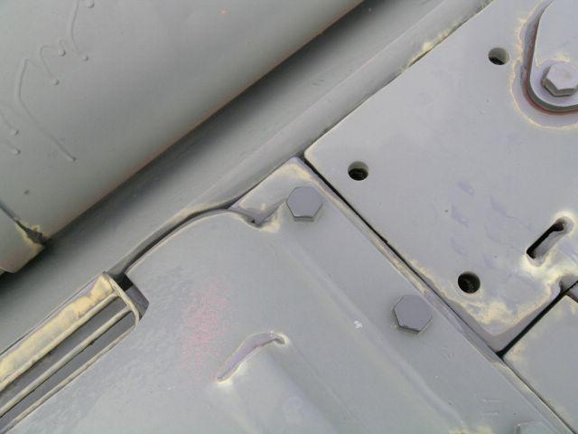 Крепление бронеколпака продольных жалюзи и бокового листа крыши МТО