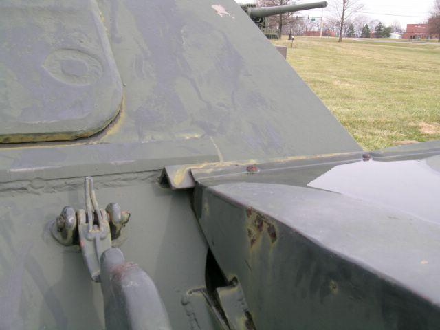 Крепление переднего грязевого щитка к верхнему лобовому листу