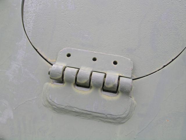 Петля крепления люка доступа к механизмам трансмиссии