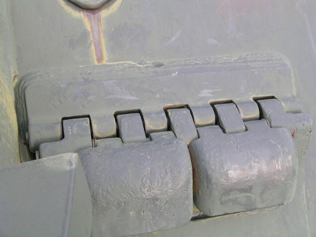 Петли крепления крышек прибора наблюдения и крышки люка механика-водителя к корпусу САУ