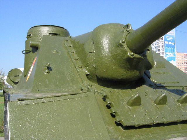 Вид справа на маску 100-мм пушки обр. 1944 года