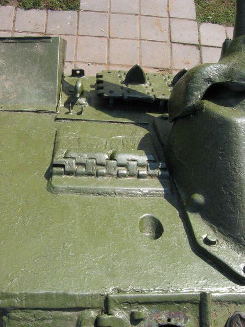 Отверстие в верхнем лобовом листе для стрельбы из личного оружия