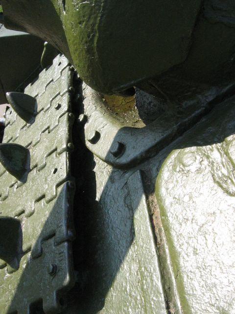 Расположение защитной планки люка механика-водителя