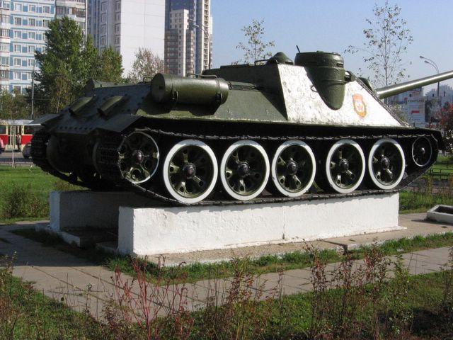 Вид сзади на правый борт САУ СУ-100