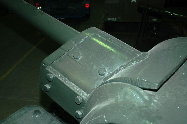 Вид сверху-слева на маску орудия