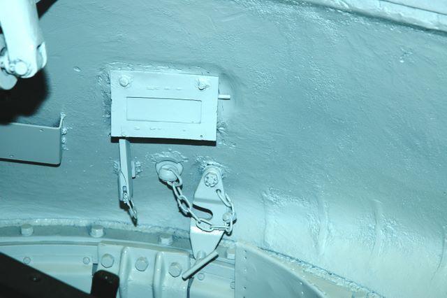 Башенный прибор наблюдения и пистолетный порт, вид изнутри танка