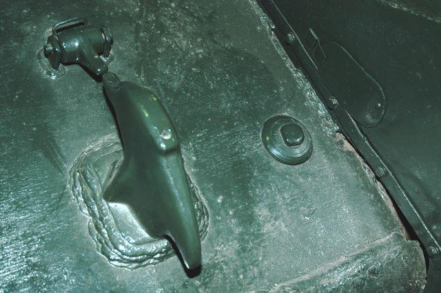 Передний буксирный крюк левого борта