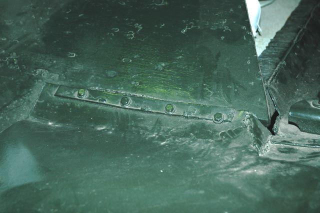 Крепление переднего грязевого щитка к корпусу танка