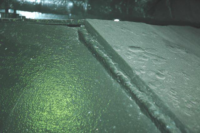 Сварочный шов на стыке листов бронекорпуса