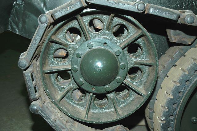 Направляющее колесо (ленивец) левого борта крупням планом