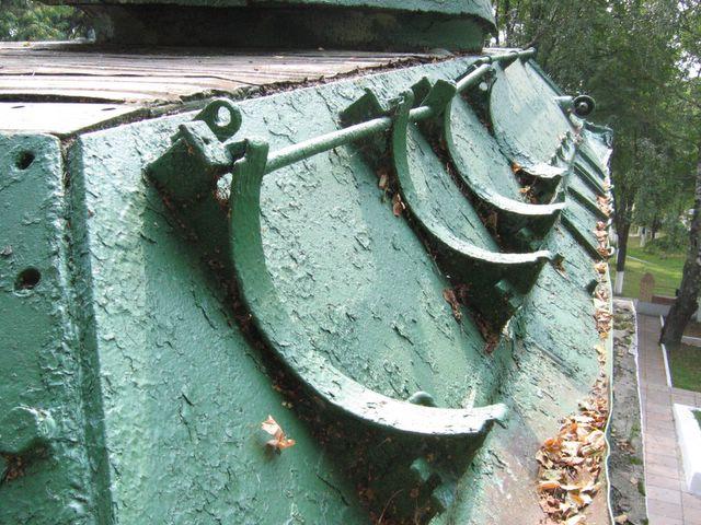 Вид сзади вдоль правого подкрылка танка