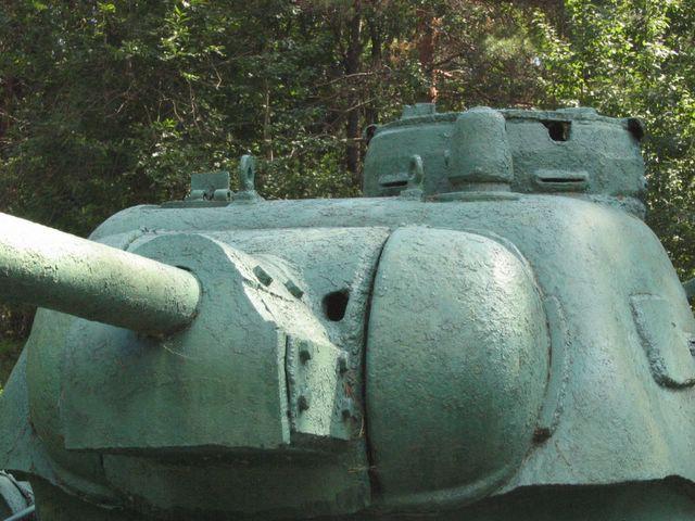 Вид спереди-слева на маску орудия