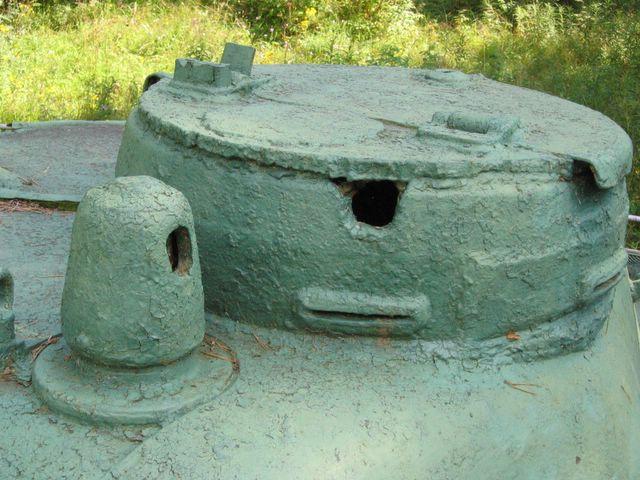 Пробитая командирская башенка и нештатный люк на ней