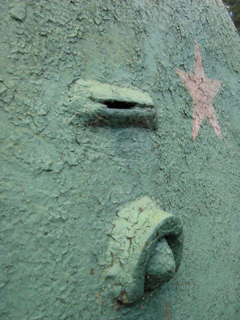 Пистолетный порт и смотровая щель в борту башни