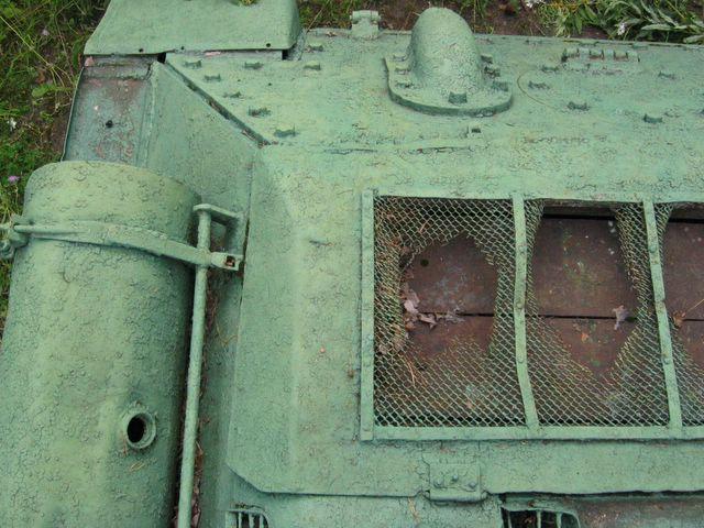 Вид сверху на заднюю-правую часть кормы танка