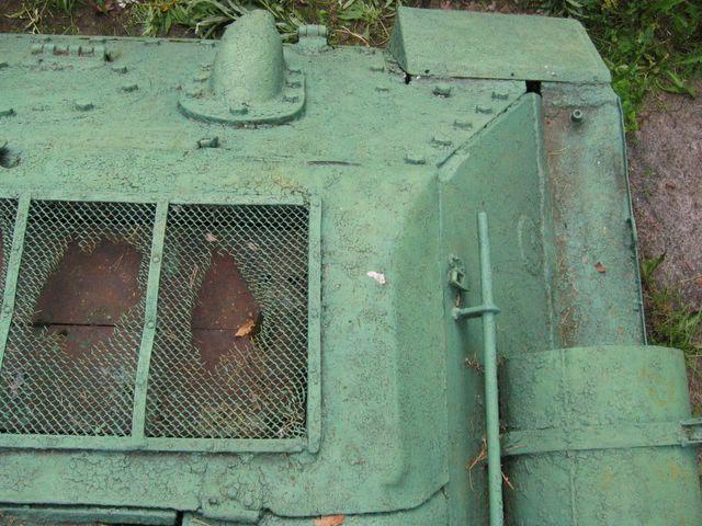 Вид сверху на заднюю-левую часть кормы танка