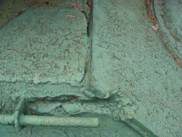 Отметина от снаряда на правом подкрылке