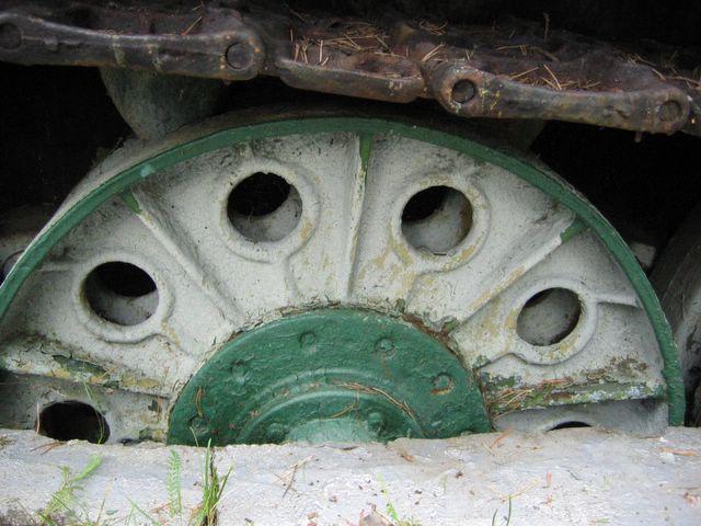 Четвётрый опорный каток левого борта, с внутренней амортизацией