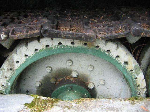 Пятый опорный каток левого борта, грузошина с перфорацией и протектором