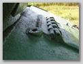 Вид сбоку на стакан прибора наблюдения ФЭД-59 и петли люка механика-водителя