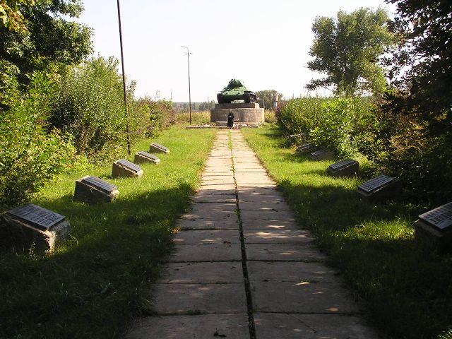 Вид на памятник с аллеи
