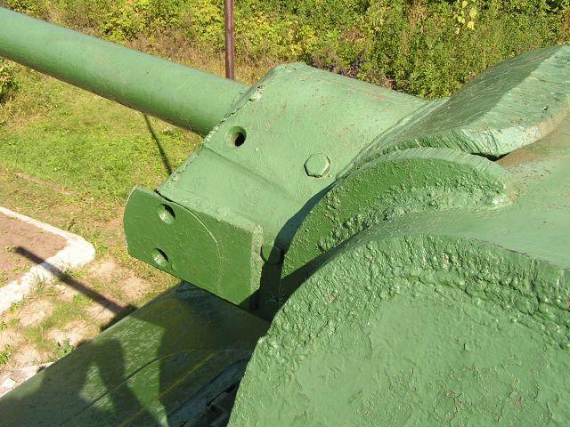 Вид на переднюю часть башни и маску орудия слева-сверху