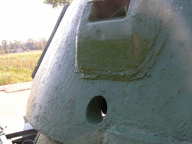 Вид на смотровой прибор и пистолетный порт в борту башни
