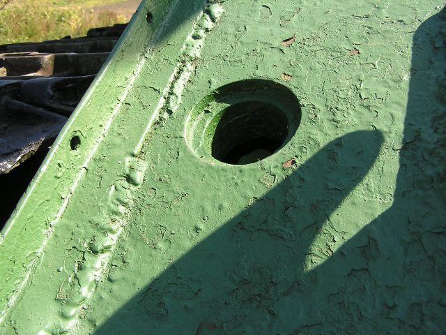 Отверстие доступа к механизму натяжения гусениц