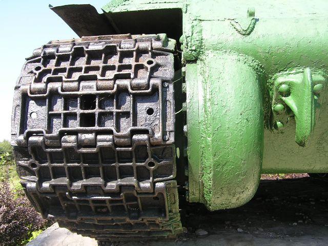 Гусеничная цепь и картер бортовой передачи
