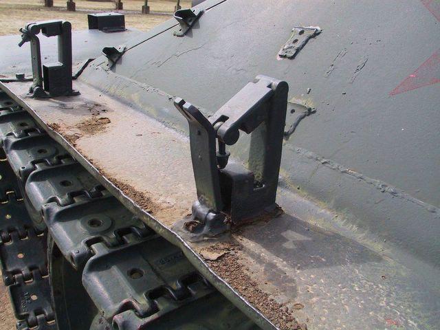 Кронштейн под домкрат, установленый немцами в передней части левой надгусеничной полки