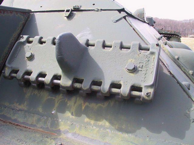 Запасные траки закрепленные немцами в задней части левого подкрылка танка