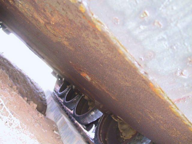 Сварочный шов в месте соединения днища танка и нижней лобовой детали