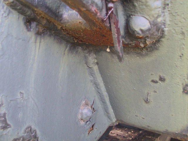 Сливная пробка в картере бортовой передачи