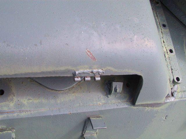 Фрагмент крепления откидной решётки к бронировке над жалюзями воздухопритока