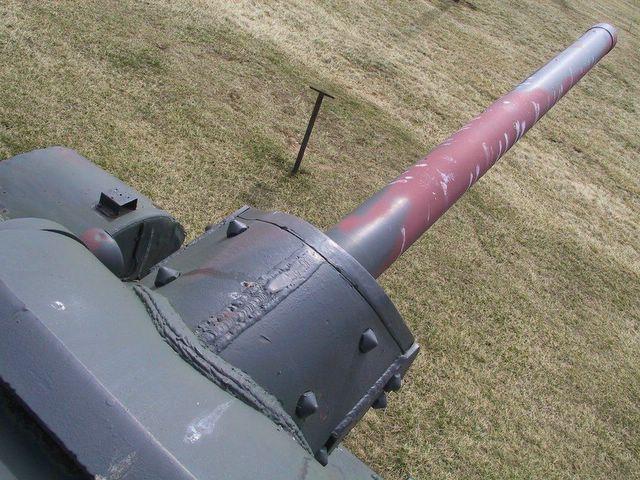 Вид сверху на маску пушки и ствол орудия