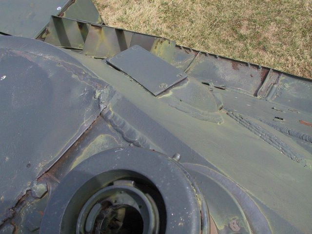 Защитная пластинка над стеклоблоком башенного прибора наблюдения