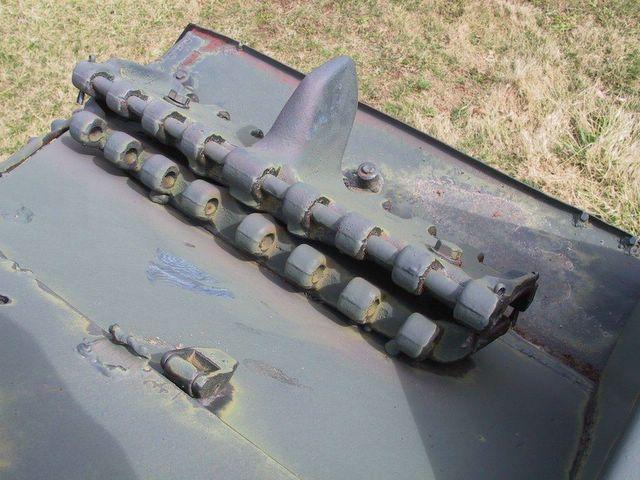 Вид сверху на запасные траки закреплённые немцами в задней части левого подкрылка