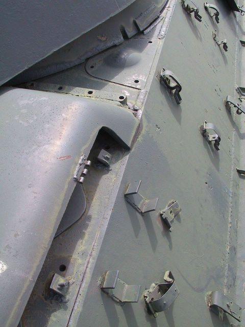 Различные защёлки-лягушки установленые немцами на правом подкрылке