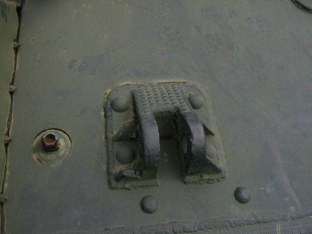 Вид спереди на правую буксирную петлю