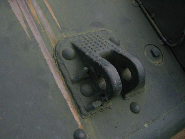 Вид справа на левую буксирную петлю