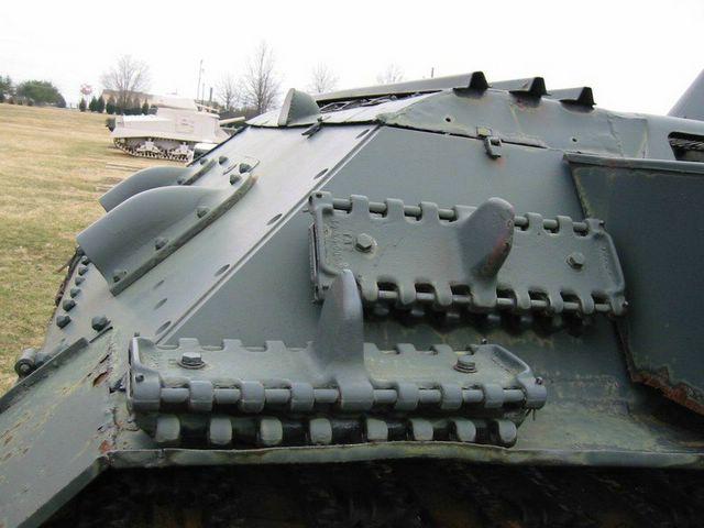 Крепление запасных траков, на надгусеничной полке- штатное, на подкрылке - немецкое